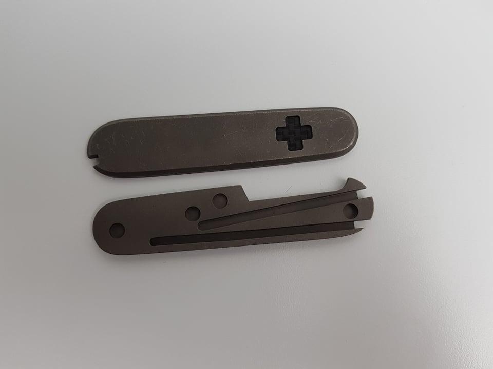 Linh kiện Victorinox - Vỏ thay thế loại 91mm Titanium ( Có Bút ) Logo khảm carbon