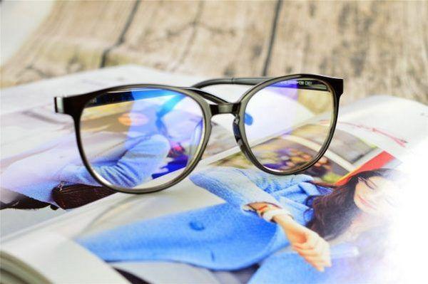 Giá cắt kính cận bao nhiêu? Các yếu tố ảnh hưởng đến giá cắt kính cận