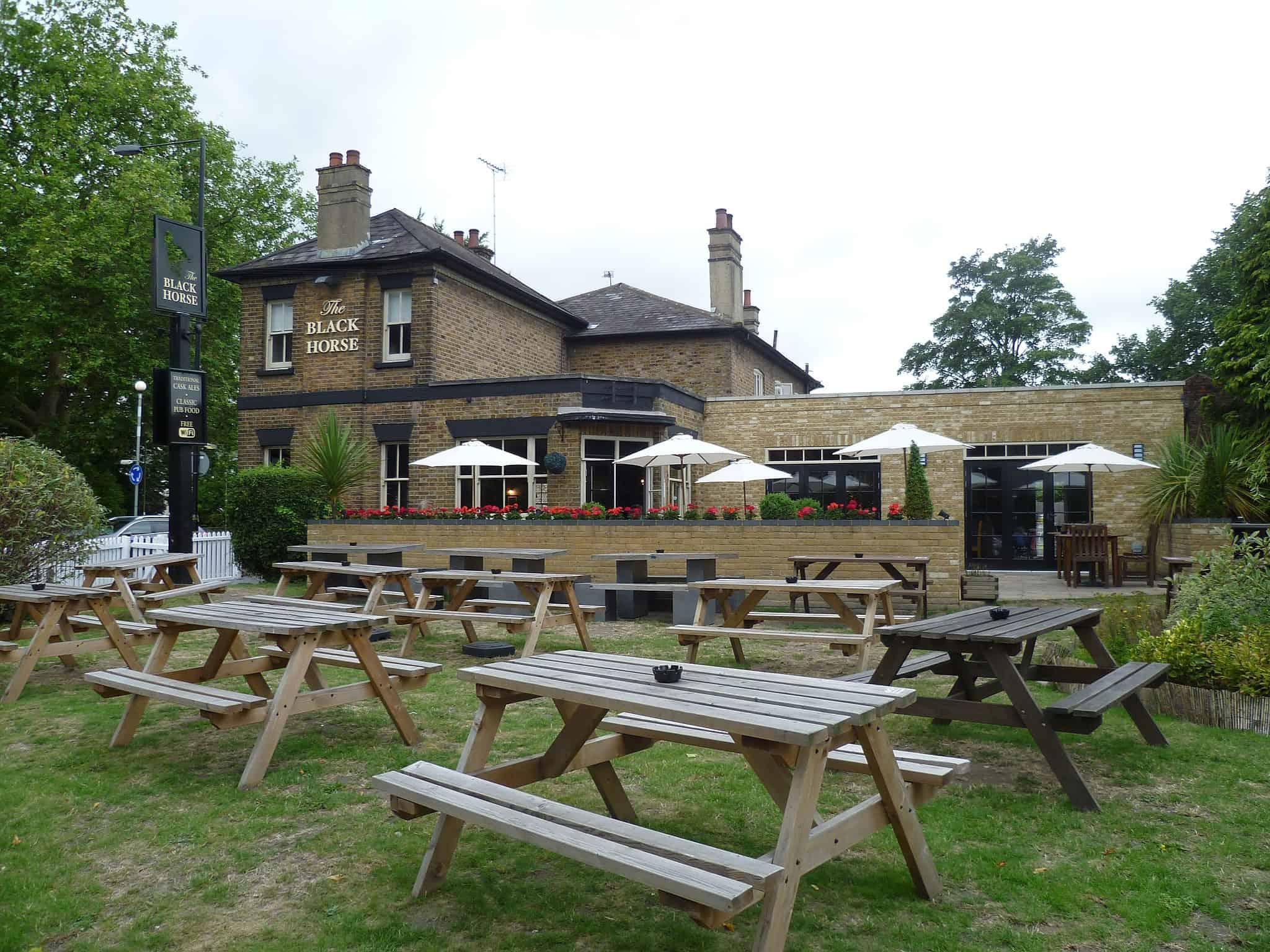 The_Black_Horse_pub,_Chipping_Barnet Philafrenzy, CC BY-SA 4.0, via Wikimedia Commons
