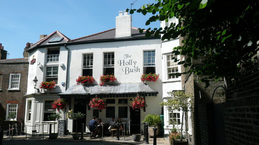 Best pubs in North London Hollybush Hampstead | Photo © Mark Percy (cc-by-sa/2.0)