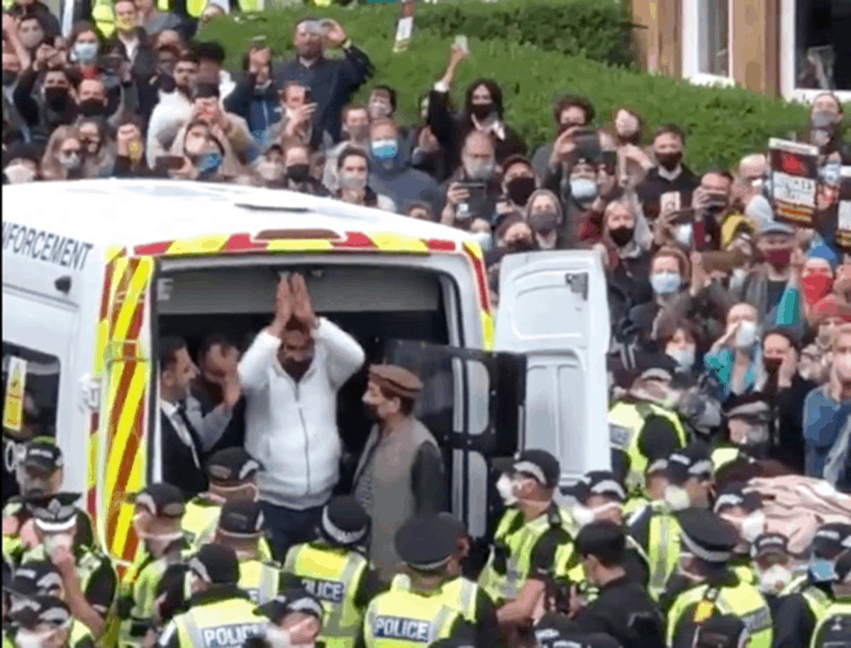 'Solidarity in an image': Glasgow protesters halt deportation of two members of their community