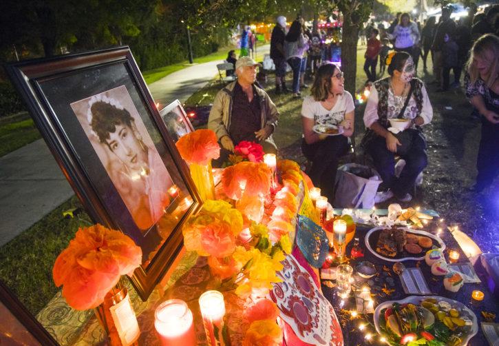 Altar tradicional durante festival Vida en Muerte del Centro Cultural Winchester. Jueves 2 de noviembre del 2017. (Foto: Jeff Scheid/ The Nevada Independent)