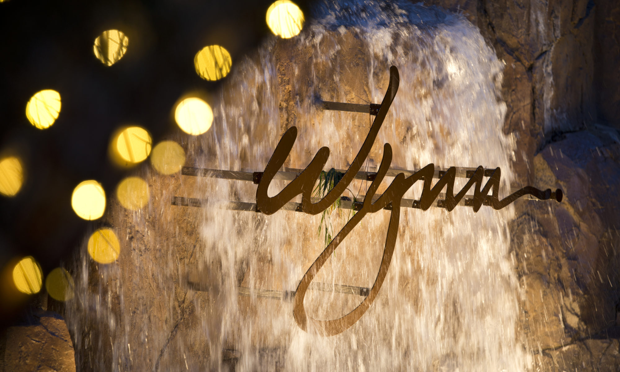 A fountain a the Wynn Resorts with the company name on the front