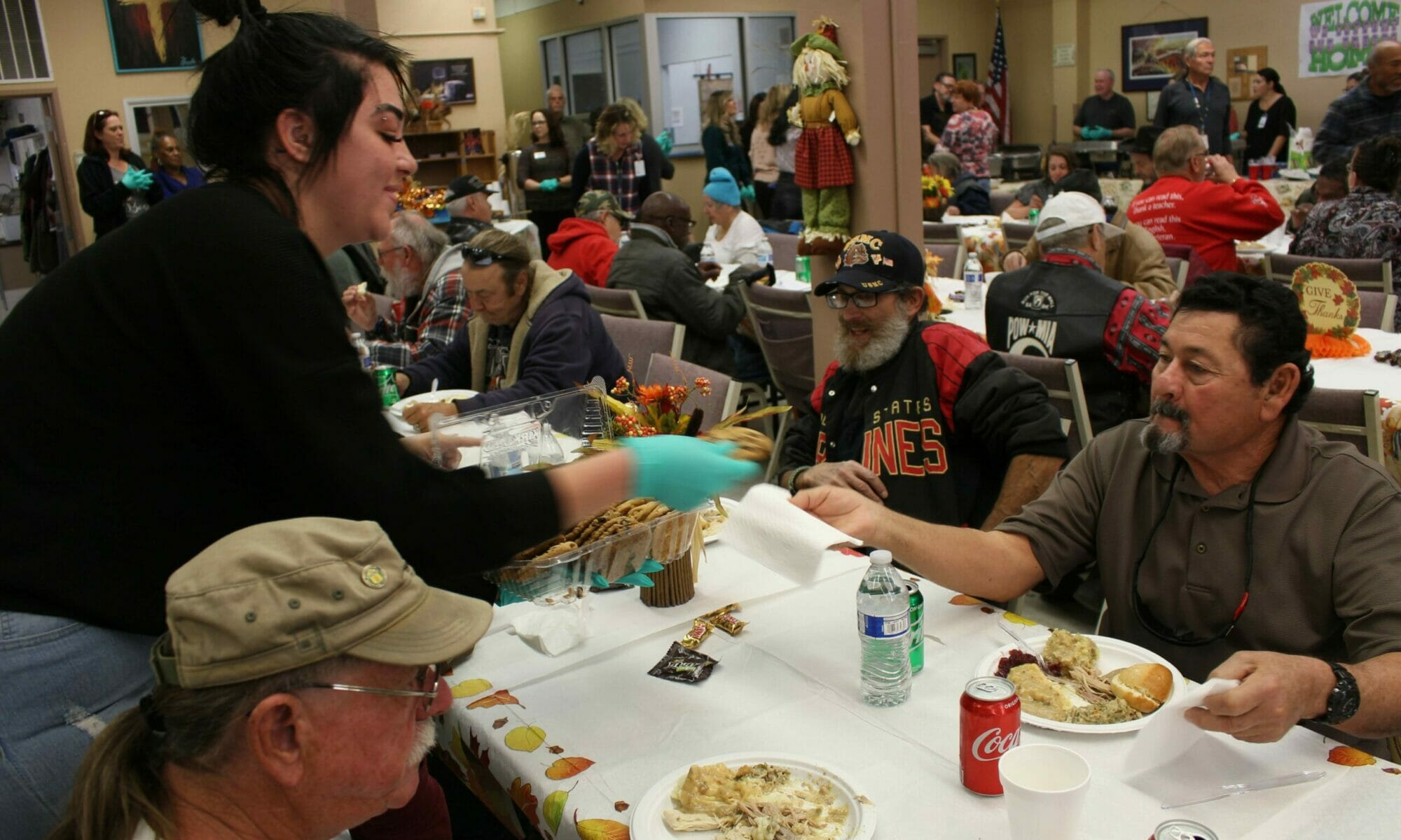 Volunteer gives cookies to veterans