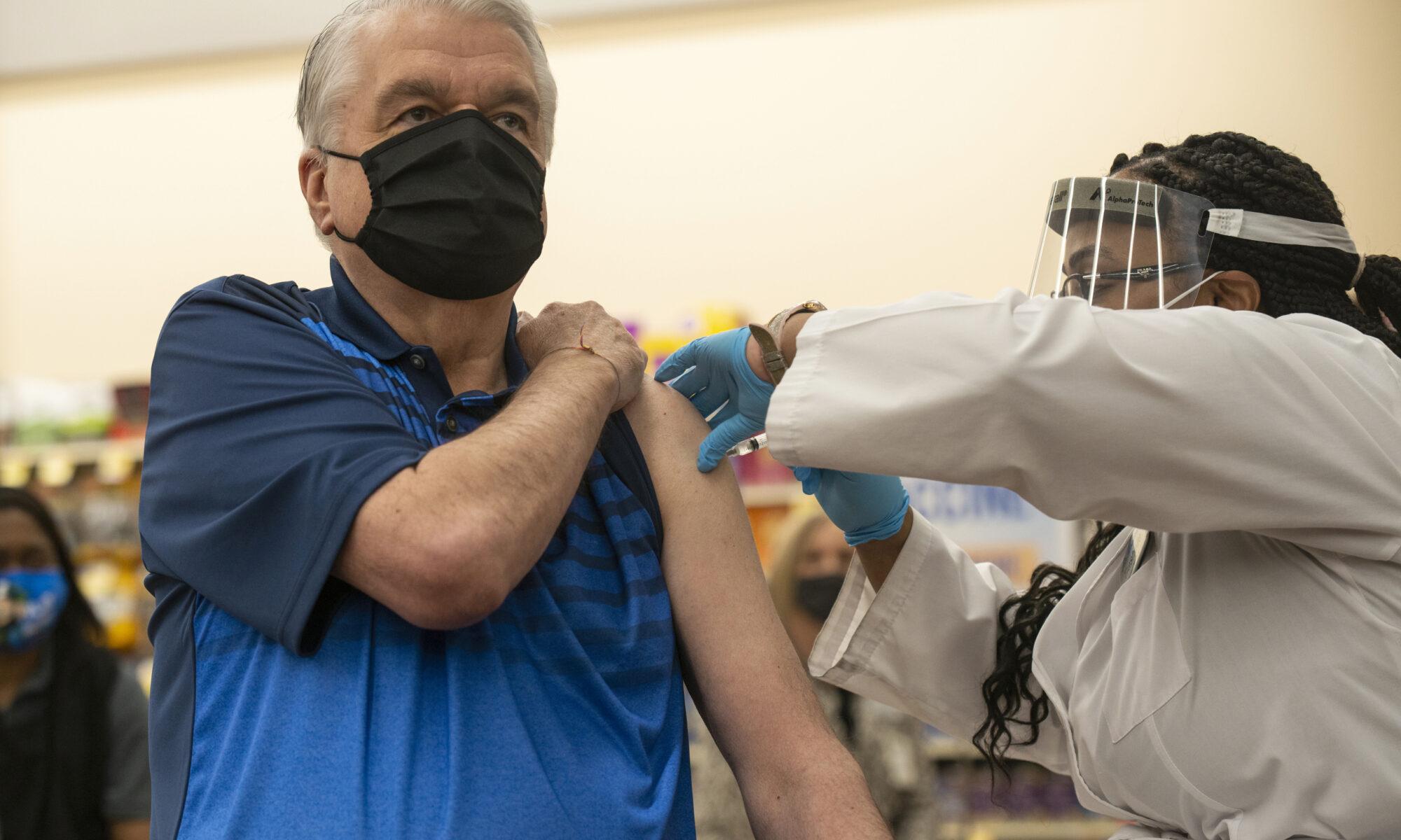 Sisolak recibe vacuna COVID-19, se expande elegibilidad para trabajadores de hotelería y alimentos