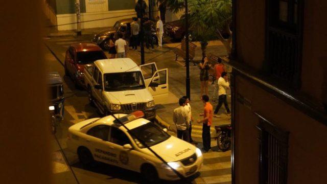 borrachos-y-patrullero-en-plaza 1