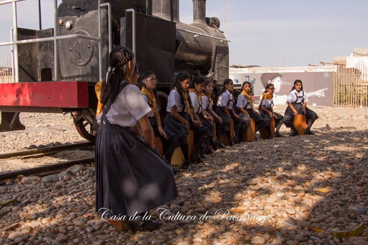 Niñas Dan Bienvenida A Poetas En Pacasmayo