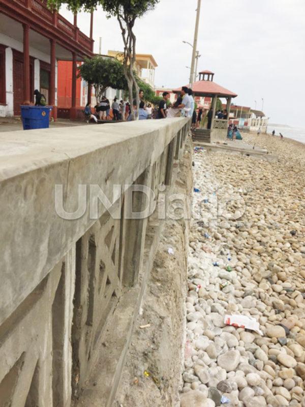 Basura En Playa Y Limpian Con Cal