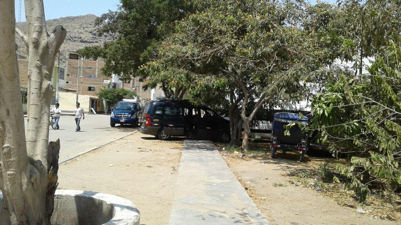 Camionetas Ocupan Veredas En Ciudad De Dios 2