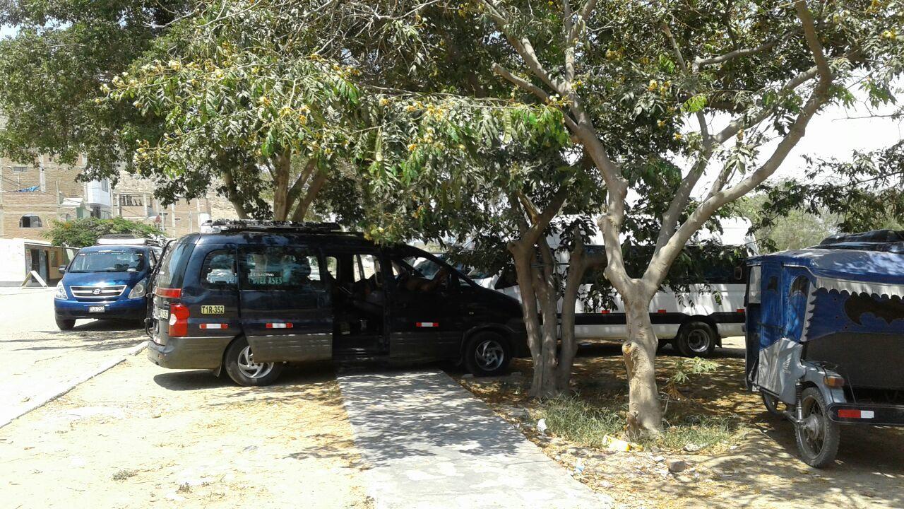 Camionetas Ocupan Veredas En Ciudad De Dios