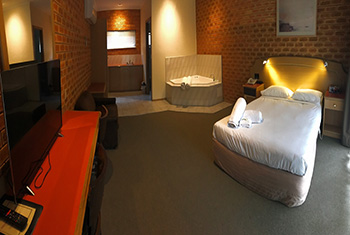 Eltham Accommodation, Deluxe Spa Suite