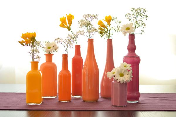 krāsaina spudelas kā vāzes ar ziediem