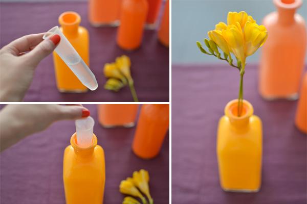 krāsaina spudeles ar ziediem un ūdens tilpni