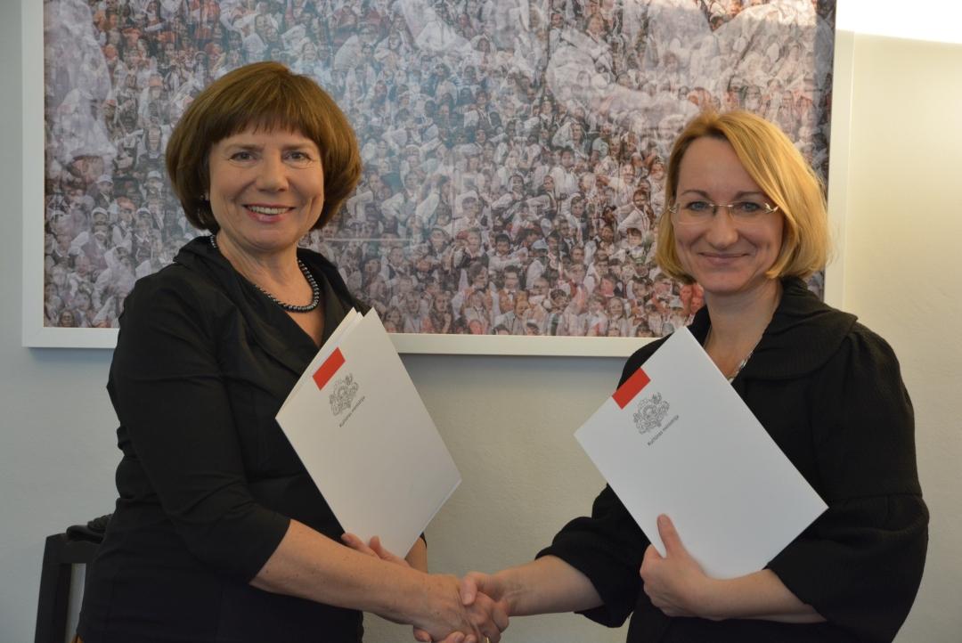 Vija Kilbloka un Dace Melbārde, parakstot vienošanos