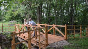 """Dabas parkā """"Daugavas loki"""" atjaunots kājāmgājēju un velosipēdistu tiltiņš"""