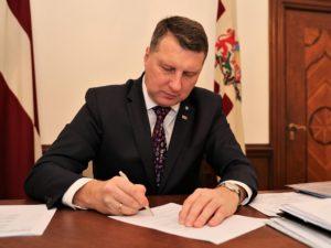 Valsts prezidents Raimonds Vējonis apžēlo Ilmāru Poikānu, jo pārkāpums ir sekmējis atklātību un caurspīdīgumu valsts pārvaldē