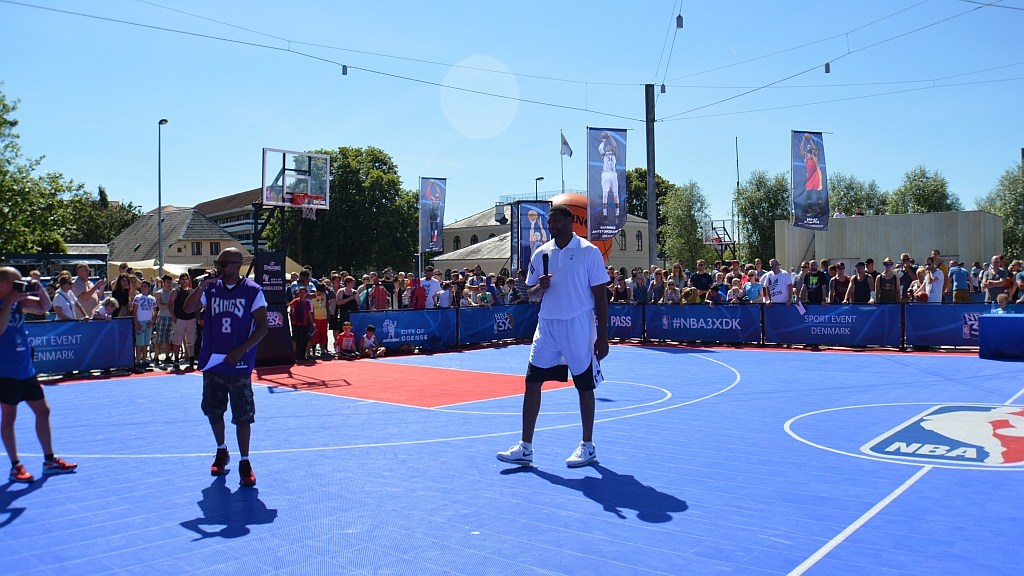 Emil vs. NBA star Robert Horry in Odense's #NBA3XDK (Video)