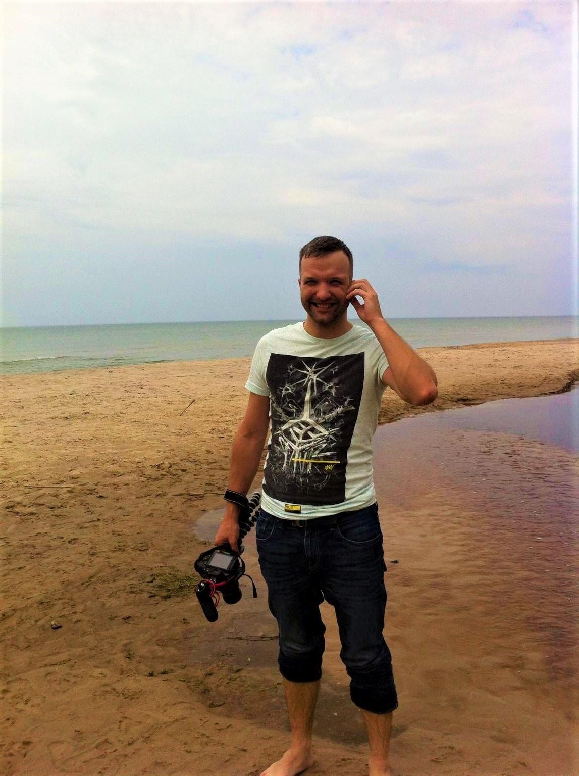 Rolands ar kameru Jūrkalnē.