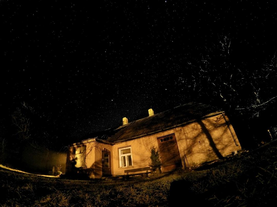 Māja Gudeniekos. Naktī.
