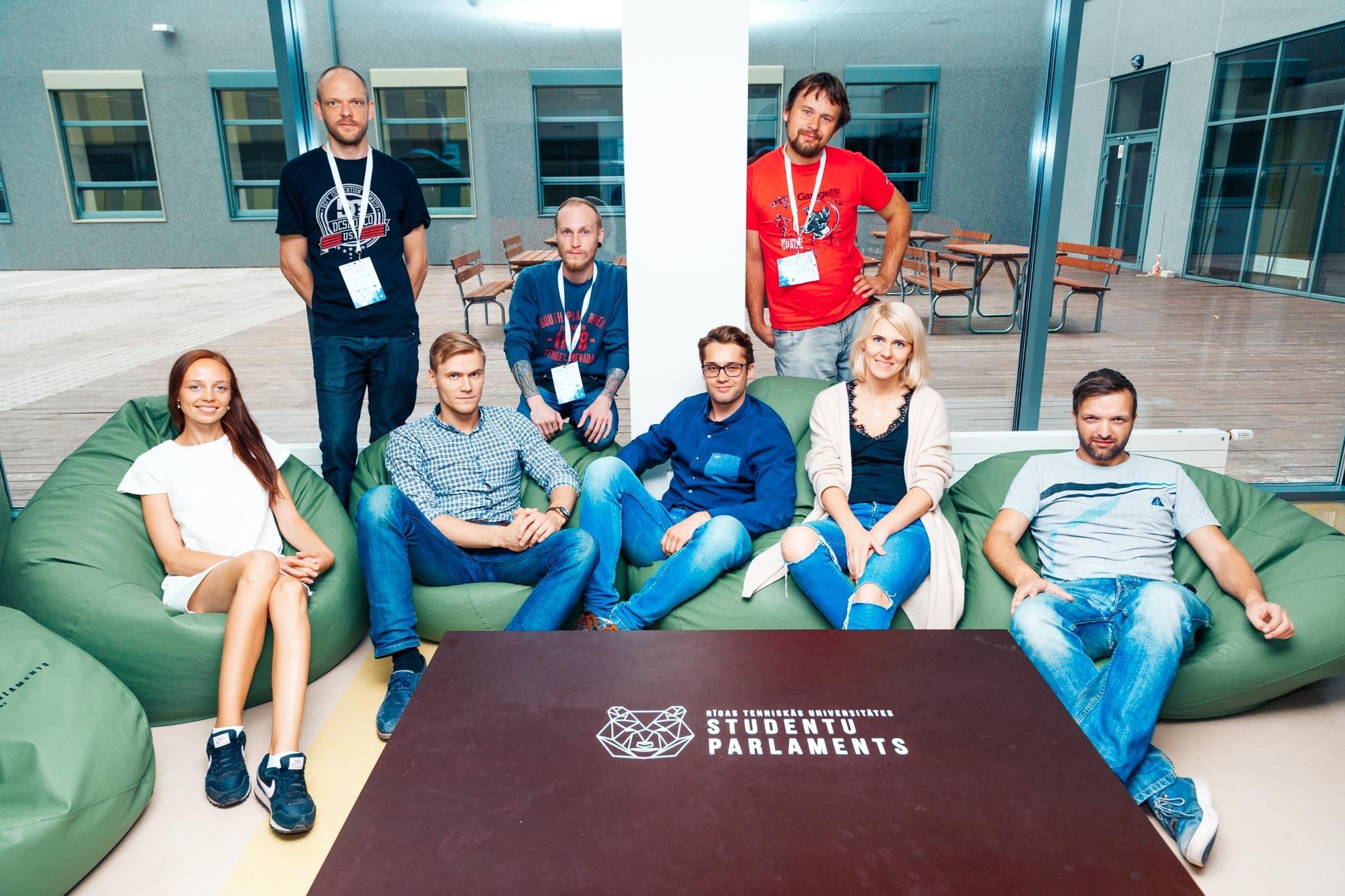 foodycheck/foody mobilās aplikācijas komanda 2017. gada augusts: (no kreisās) Māra Lasmane (idejas autore), Uldis Žeidurs, Ritvars Dortāns, Arturs Škaraveckis, Augusts Vasilonoks, Ronalds Sovas, Agnese Avota, Rolands Umbrovskis