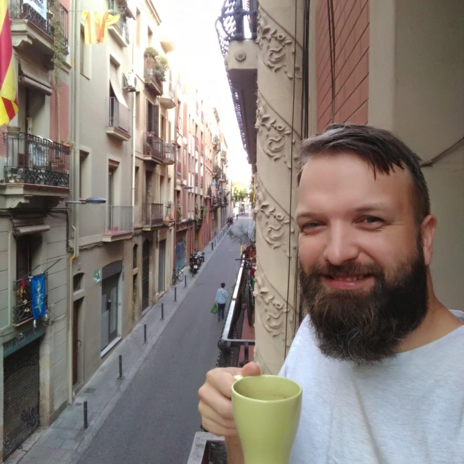 Kafija uz nelielā balkona Barselonā (Spānija)