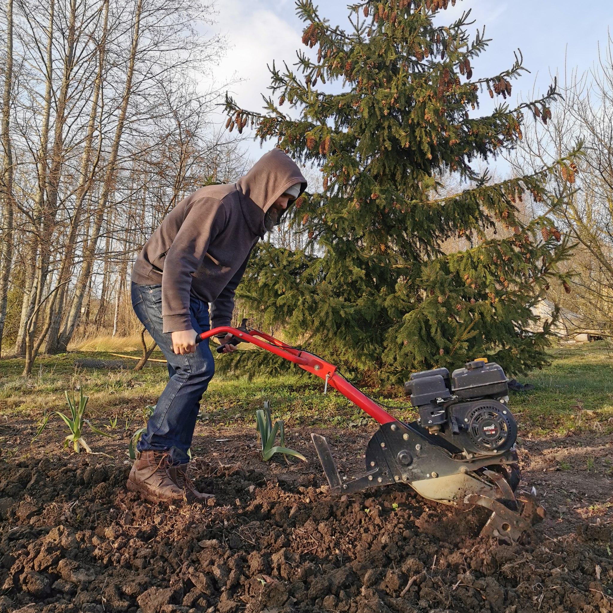 Piemājas zemes apstrādāšana pavasarī Gudeniekos.
