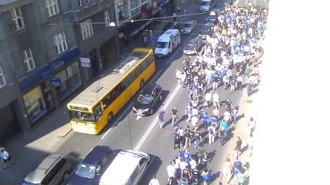 Video: Bosnijas un Hercegovinas futbola fanu gājiens Rīgā, gar Brīvības ielas 48/50 namu