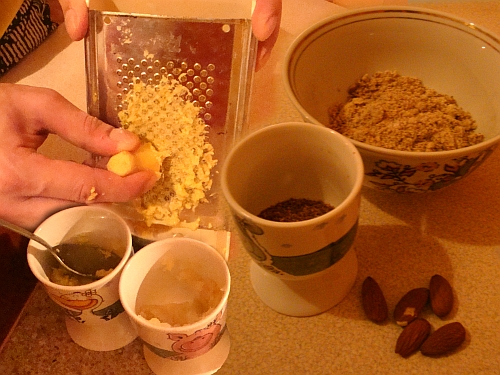 Indiešu ēdieni. Garšvielu sagatavošana: Ingvera sarīvēšana, samalts koriandrs, samaltas mandeles