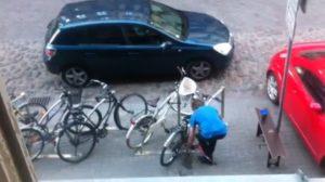 Kā nozagt velosipēdu gaišā dienas laikā [VIDEO]