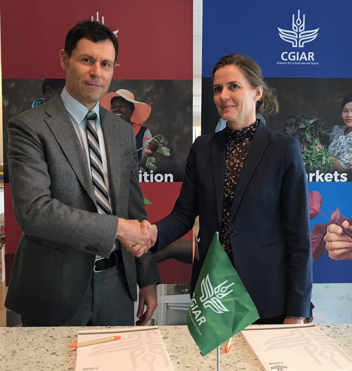 Elwyn Grainger-Jones, Executive Director, CGIAR System Organization, and Ellen Trane Nørby, Danish Minister of Health, join forces in the fight against antimicrobial resistance.