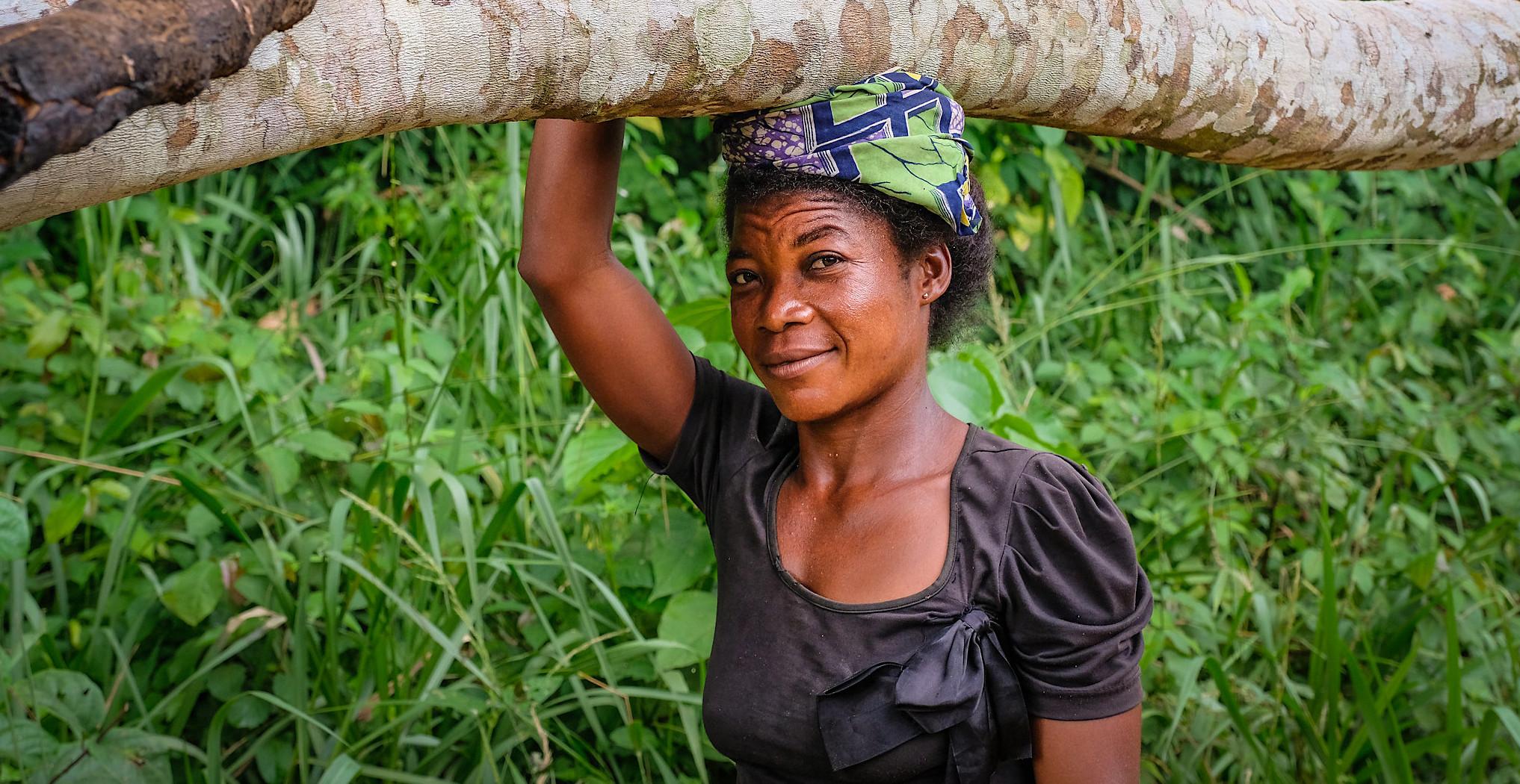 DRC, woman, woman carrying wood, yangambi, CIFOR