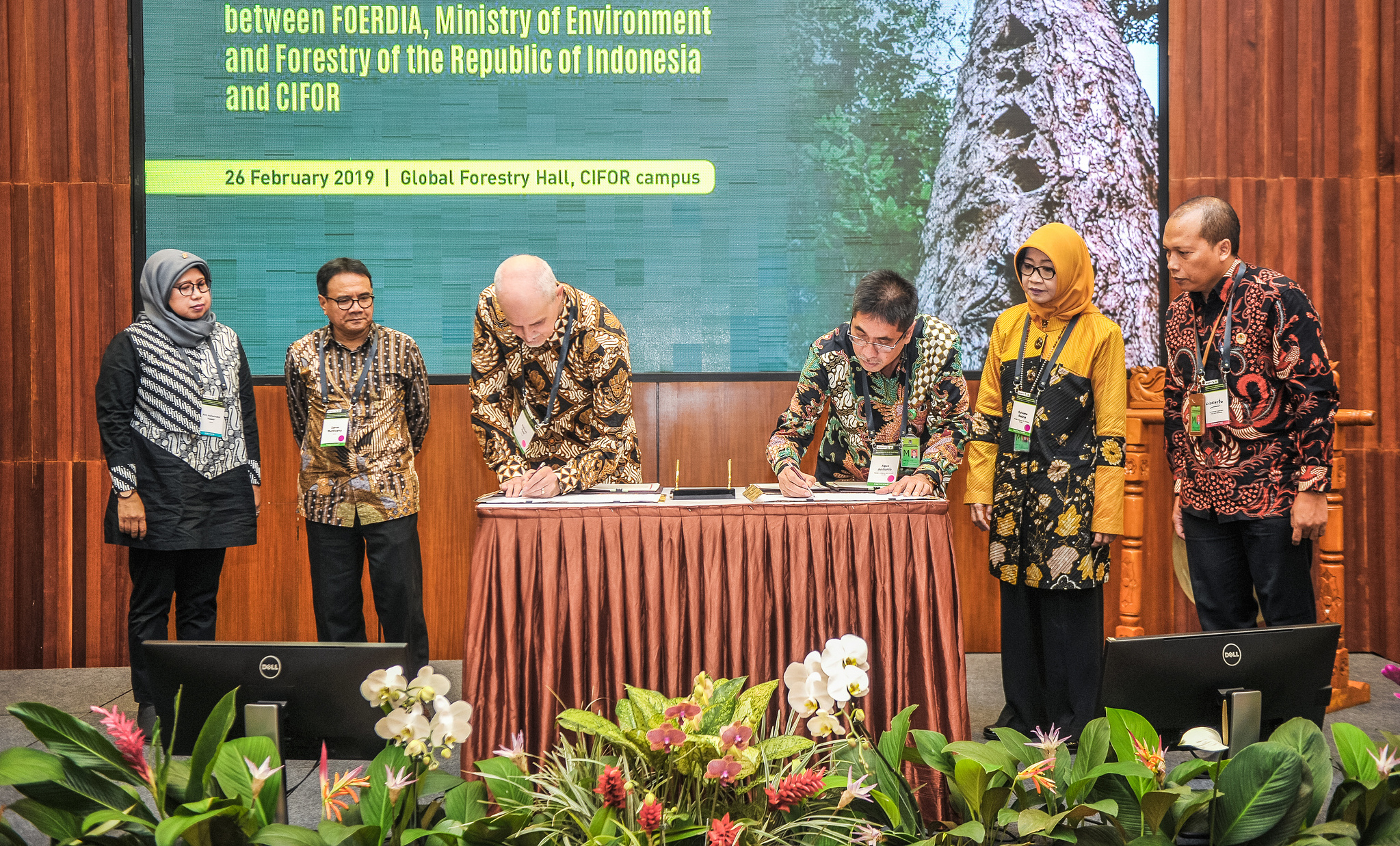 FOERDIA and CIFOR sign MoU, to protest Indonesia's forests, enforce social mobility and fight climate change, Rober Nasi, CIFOR, Indonesia government, FOERDIA, MoU, forests, social forestry, deforestation