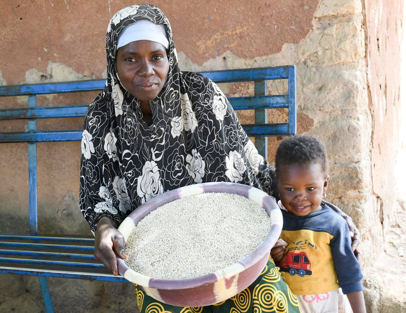 Mrs Aminata Diawara and her daughter showing samples of their sorghum produce. (ICRISAT)