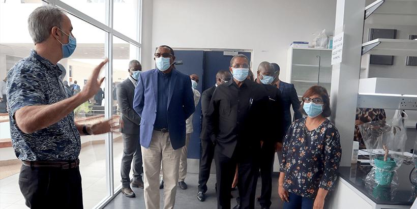 James Legg (left) receiving H.E. Hailemariam Desalegn and H.E. Jakaya Kikwete at IITA's Molecular lab. Accompanying them is Leena Tripathi.