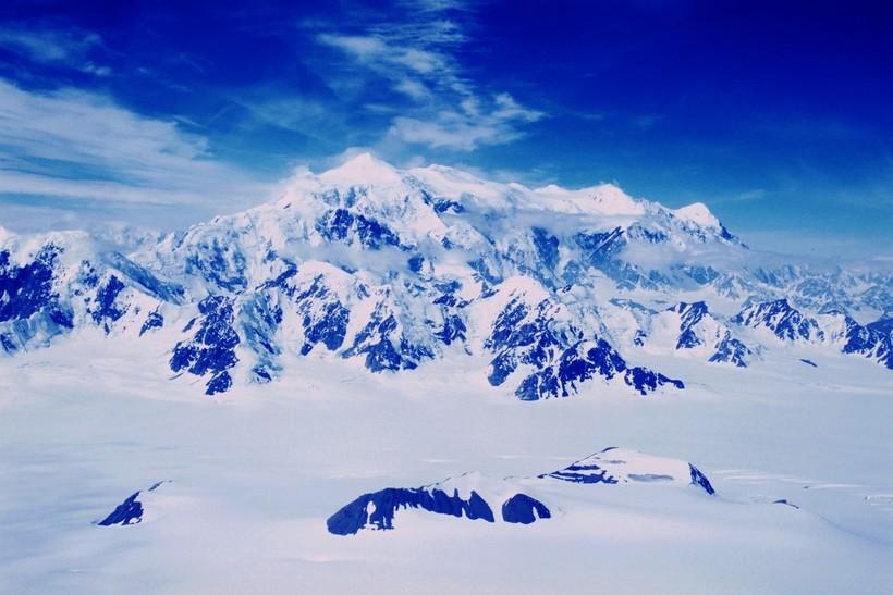 Stunning photo of Canada's highest peak- Mount Logan.