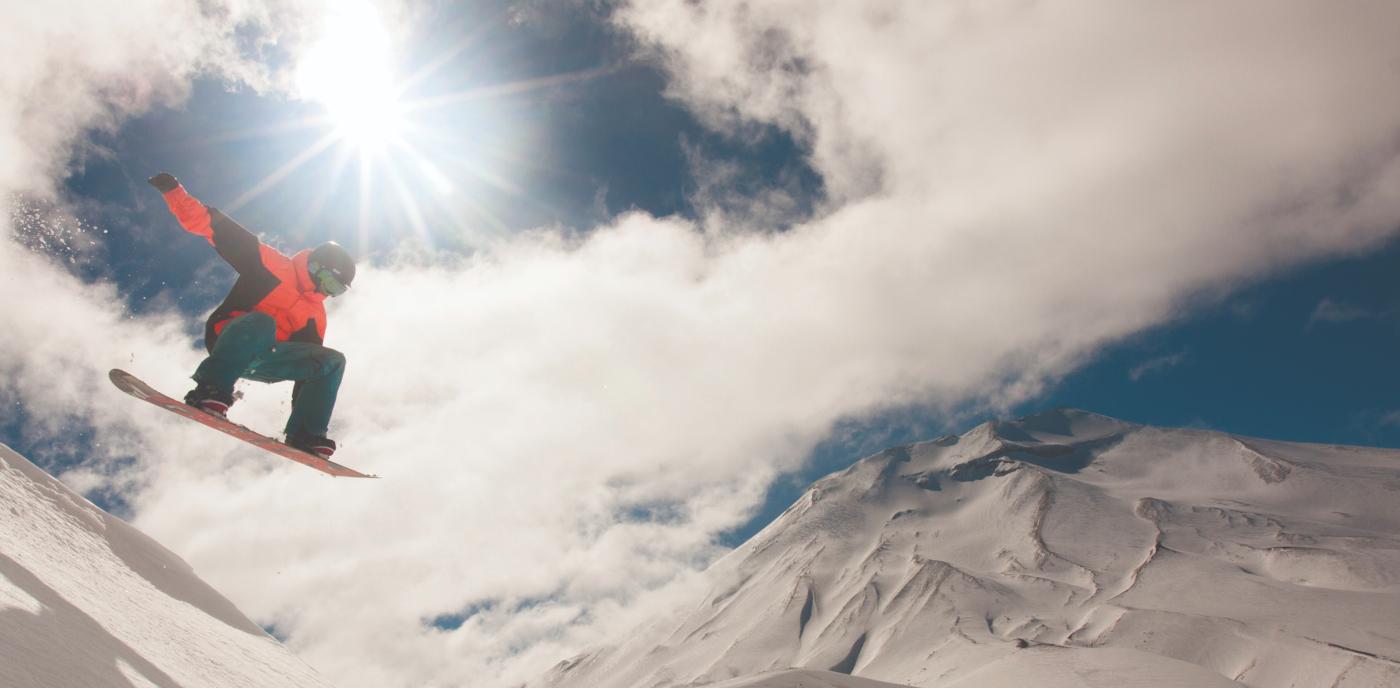 Imagen de un deportista deslizándose por una de las pistas de ski de Corralco en un hermoso día soleado que resalta los colores