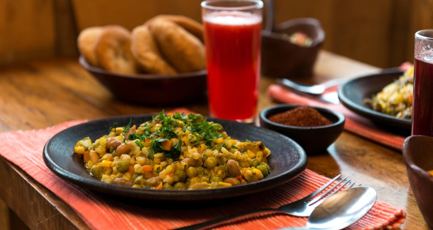 Imagen de un plato de comida típica mapuche servido con sopaipillas caseras
