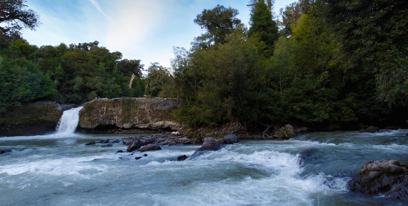 Vista de las cascadas de agua del Parque Nacional Puyehue