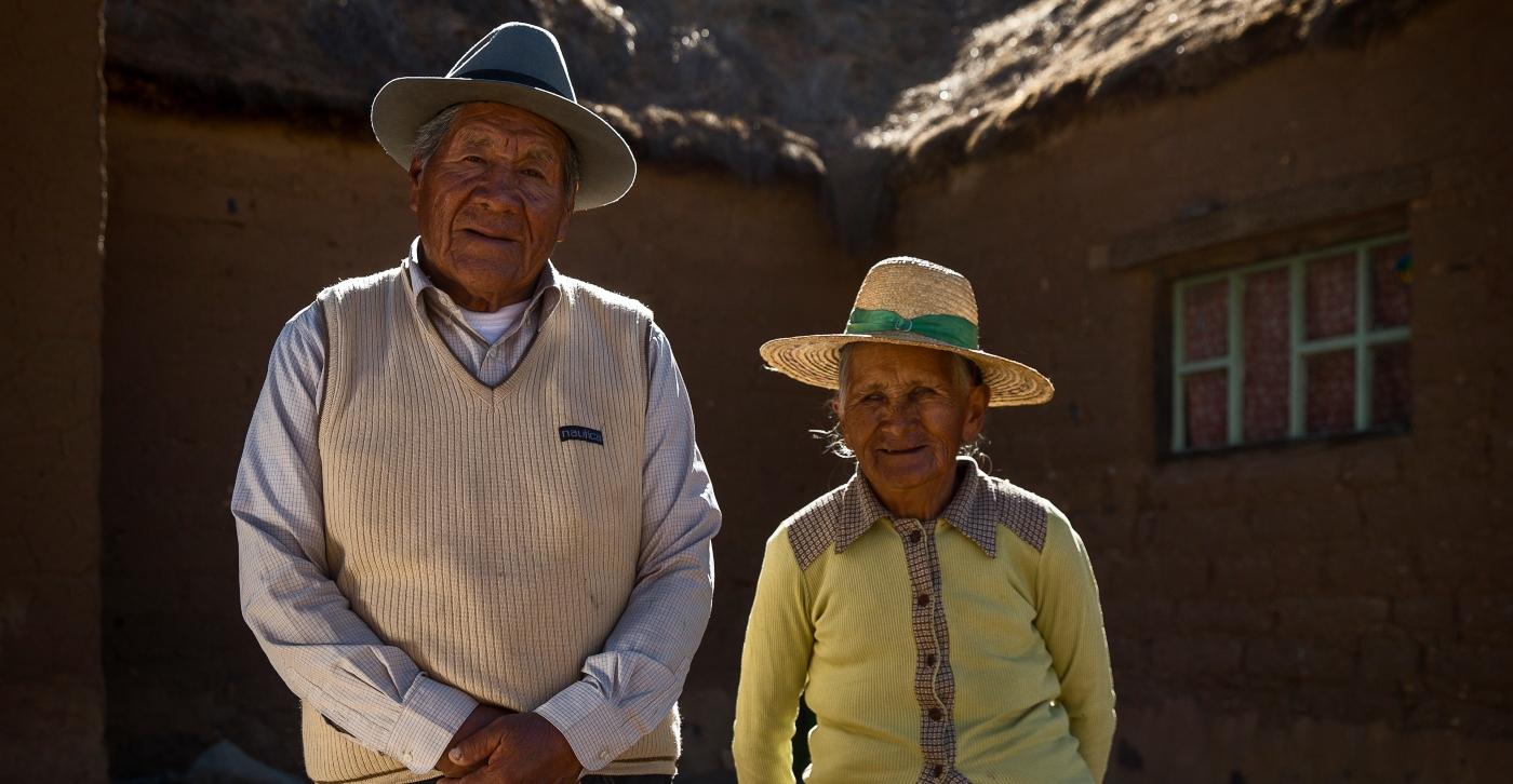 Imagen de una pareja de ancianos aymaras