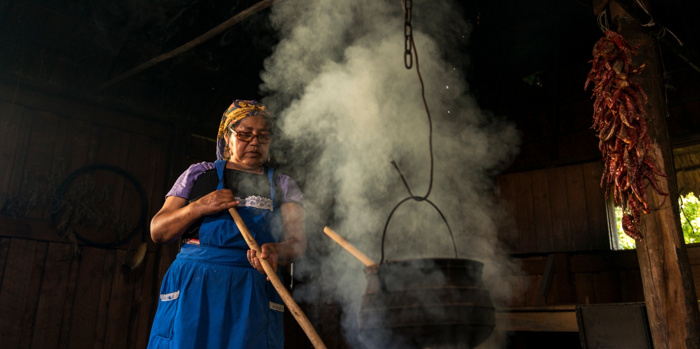 Imagen de una mujer Mapuche cocinando