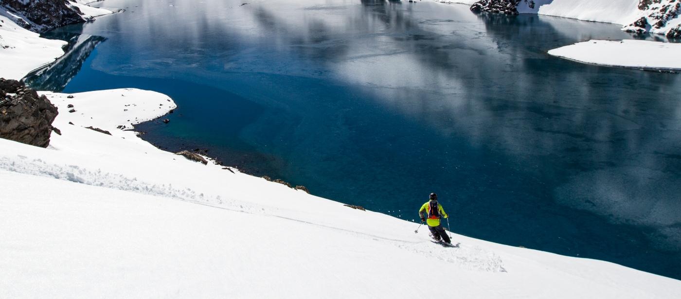 Imagen de un tipo esquiando en Portillo