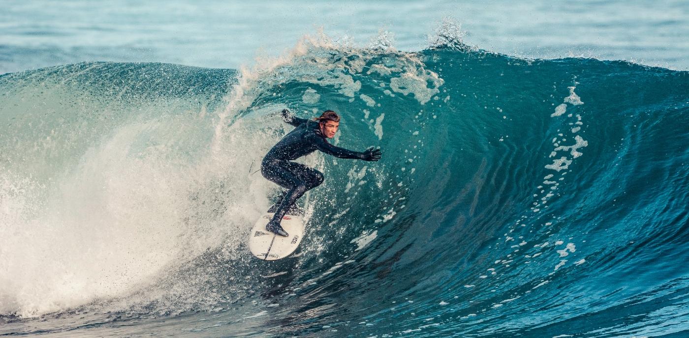 Imagen de un turista realizando surf