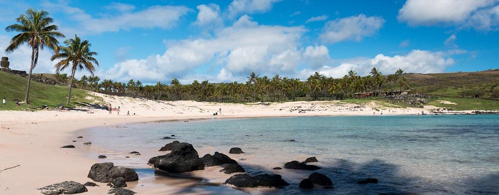 Día de descanso en la playa Anakena es una de las excursiones imperdibles en Rapa Nui (Isla de Pascua)