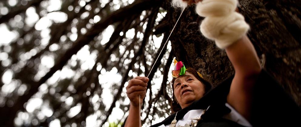 Tejer con llas mujeres es una de las experiencias con el pueblo mapuche para vivir en la Araucanía