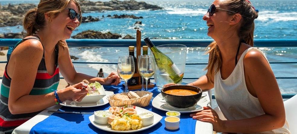 Almuerzo en un restaurante de Valparaíso de Chile con vista al mar