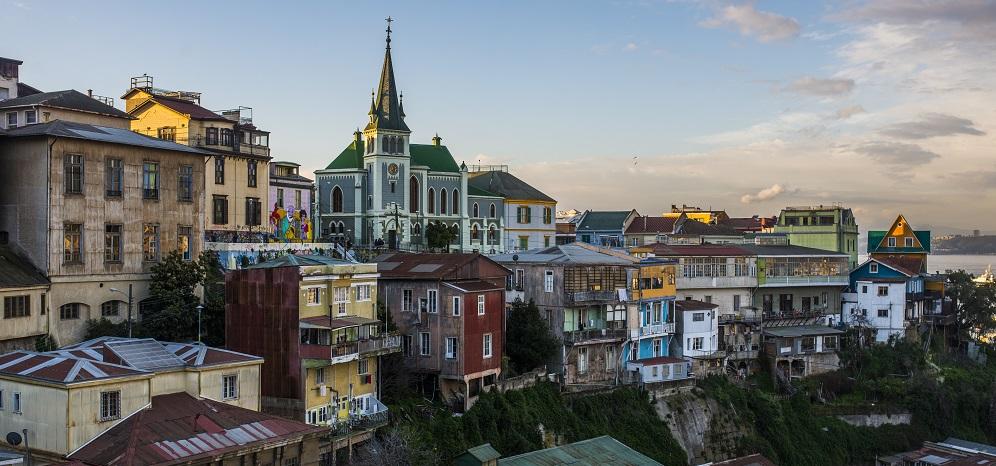 Santiago y alrededores: A dos horas de la capital se encuentra Valparaíso con sus coloridos cerros, ascensores e iglesias.