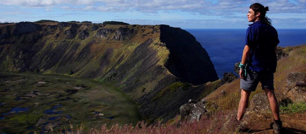 Vista al volcán Rano Raraku en un viaje a Rapa Nui