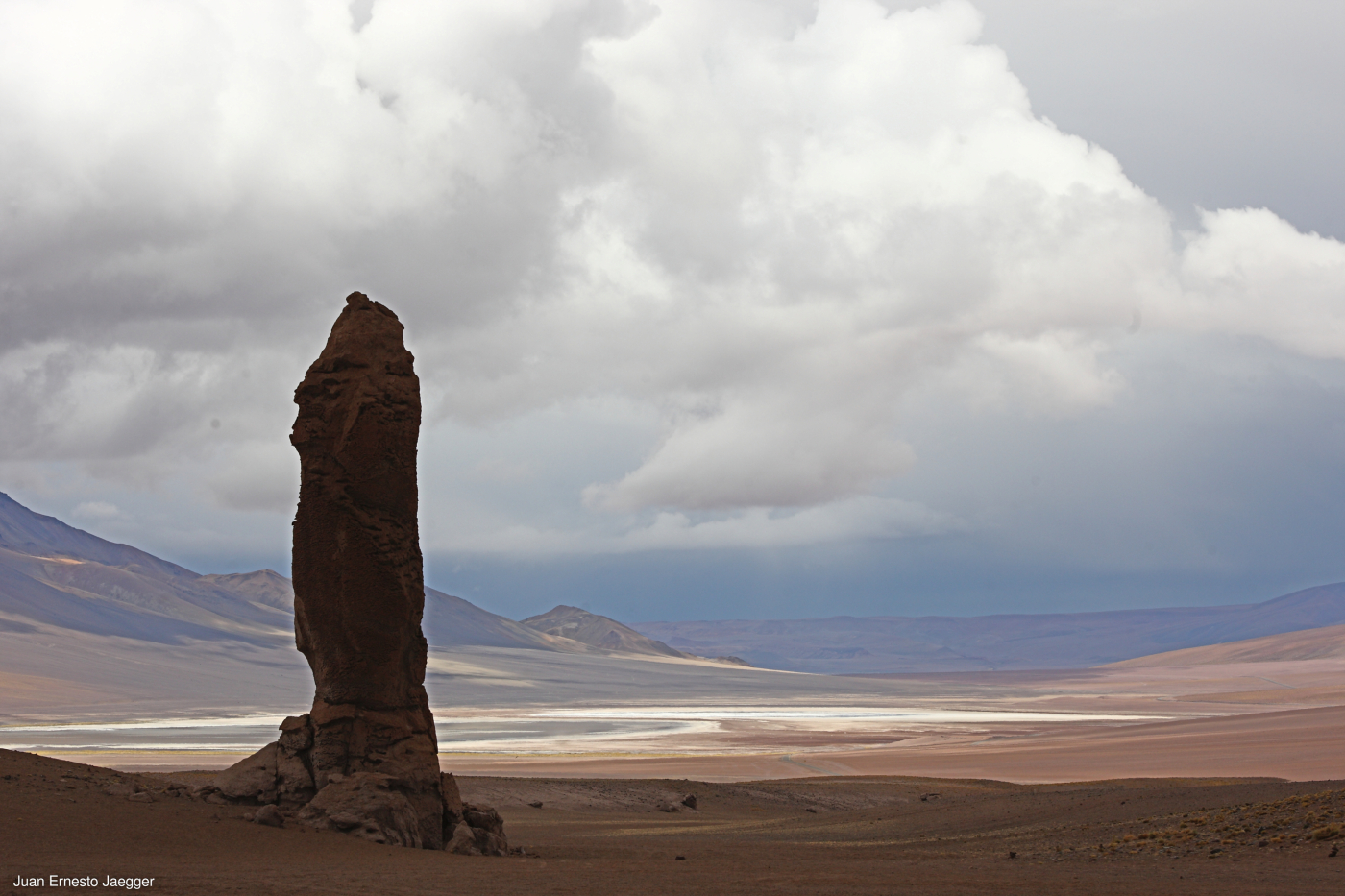 Imagen de la formación rocosa denominada Monjes de la Pacana que destaca en medio del Desierto de Atacama