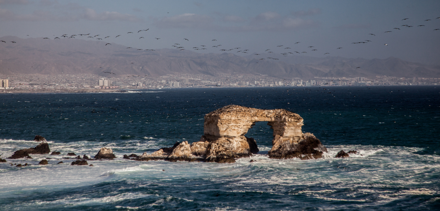Imagen panorámica del monumento natural La Portada, piedra desgastada por la erosion del viento y el agua, ubicada en medio del océano Pacífico en la ciudad de Antofagasta