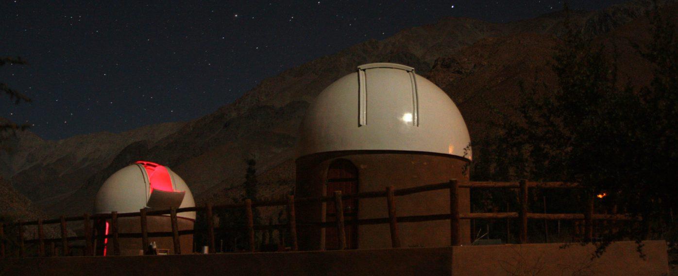 Vista nocturna de los domos de observación del Observatorio Cielo Sur, donde destacan las cúpulas de los telescopios.
